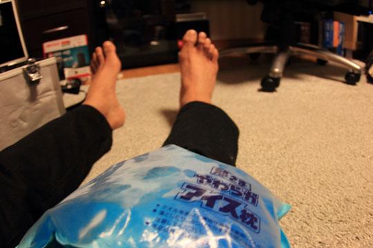 膝が痛いのでアイシング スケボーで痛めた