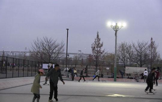 ナイター照明設備があり、夜間でも滑れるスケボーパークといえば新横浜スケートボードパーク
