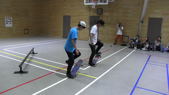 シンクロフリースタイルスケートボードの様子