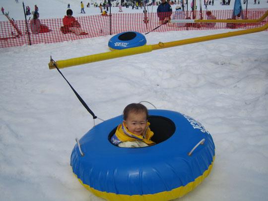 スノーボードイベントつれて行ったけど、出来るはずもなく、こんなやつで遊ぶ。