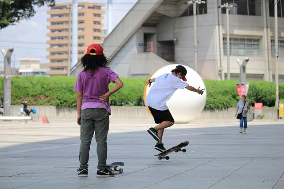 IsamuYamaomtoとYutaスケートゲーム フリースタイル スケートボーダー