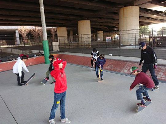 フリースタイルスケートボード初滑り会の楽しそうな様子